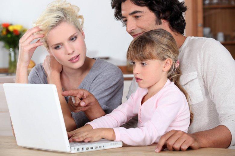 Warto dołączyć do grającego na komputerze dziecka, aby podczas wspólnej zabawy wybadać, co sprawia, że tak wiele czasu pociecha spędza przez ekranem. Może to być także dobry punkt wyjścia do zaproponowania bardziej ciekawych zajęć poza domem