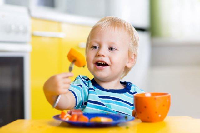 88 proc. maluchów od pierwszego do trzeciego roku życia sięga po produkty znajdujące się na stole, z którego jedzą dorośli. Gdyby było to tylko wartościowe jedzenie...