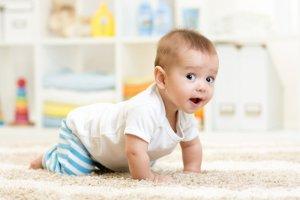 Dzieci w wieku 9-12 miesięcy stawiają swoje pierwsze kroki.