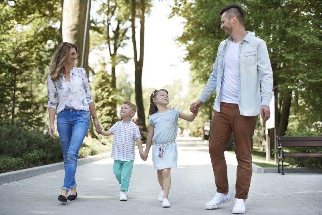 """Od wprowadzenia programu """"Rodzina 500+"""" minął już rok. Z najnowszego sondażu IBRIS można się dowiedzieć, o czym dla swoich pociech marzą rodzice, którym przysługuje finansowe wsparcie w wychowywaniu dzieci"""