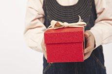 Każde dziecko podczas mikołajkowego losowania pragnie wyciągnąć karteczkę z imieniem przyjaciela. O wiele łatwiej trafić wtedy z prezentem.