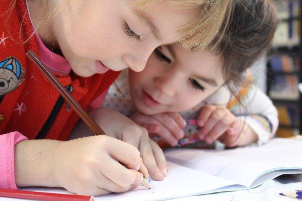 Fot. Pixabay / [url=https://pixabay.com/en/kids-girl-pencil-drawing-notebook-1093758/]klimkin[/url]/[url=https://pixabay.com/en/service/terms/#usage]CC0 Public Domain[/url]