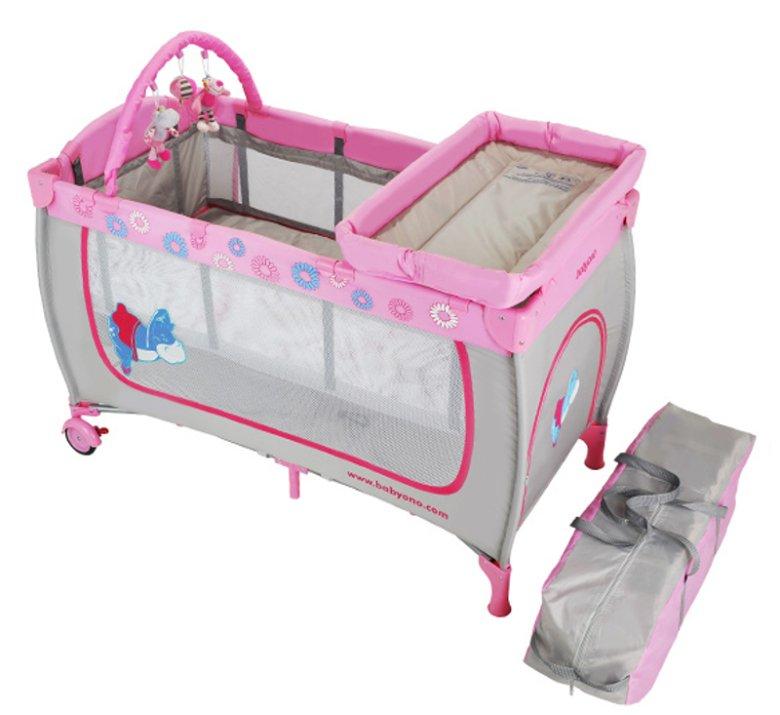 Łóżeczko turystyczne Babyono to łóżko i kojec w jednym, wyposażone w wygodny materac, pałąk z zabawkami oraz moskitierę. W pakiecie jest też torba podróżna i dwustronny kocyk