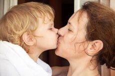 Okazywanie czułości to bardzo cenna lekcja, jakiej uczymy się od dzieci.