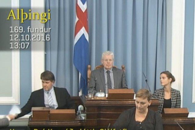 Islandzka posłanka Unnur Bra Konradsdottir  karmi piersią na mównicy w parlamencie.